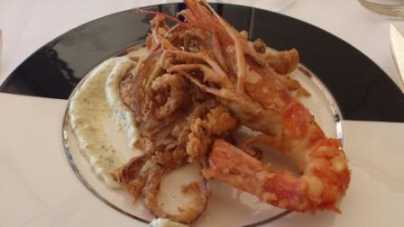 Fritura di calamari e zucchine con gamberone e salsa tartara