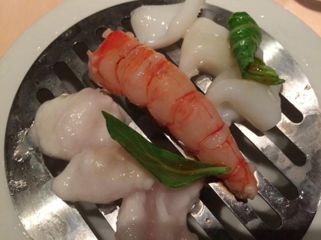 Composizione di pesce San Pietro, calamari e gambero rosso al vapore di agrumi